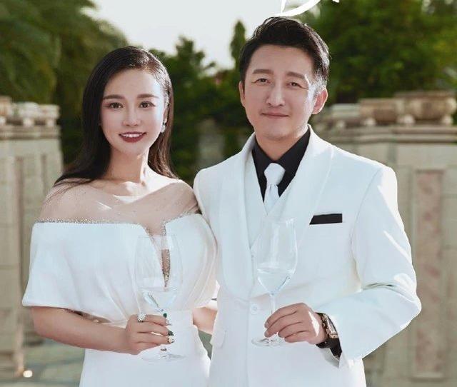 邹市明夫妇结婚九年拍甜蜜写真,表现恩爱却不及冉莹颖身材抢镜