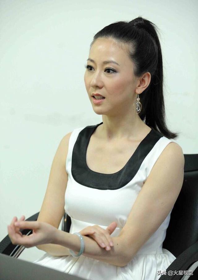 演员汤加丽,模特出身的她带着非凡的气质,依然是那么的美!