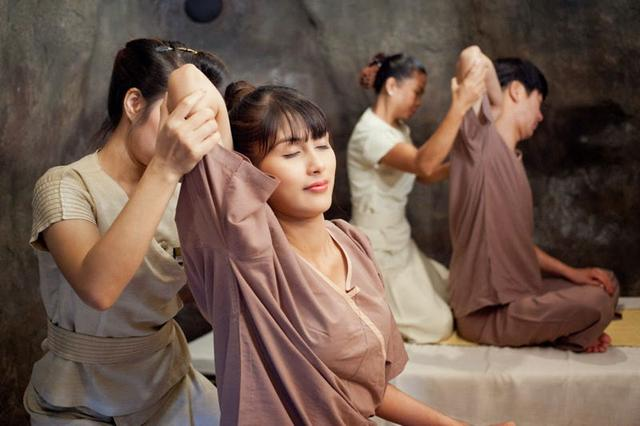少妇去享受泰式精油按摩,男技师的手法,让少妇享... _网易视频