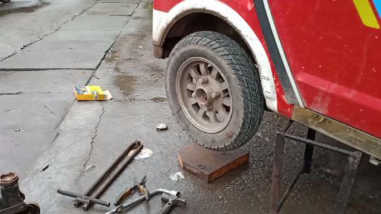 给汽车发动机安装半轴,你知道是如何安装吗,它有什么作用?