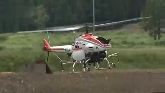 走乡村:喷药好帮手 无人直升机