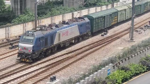 京沪线 上局宁东段HXD2B牵引全列集装箱班列通过苏州站