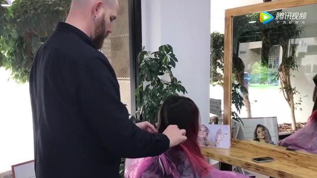 美女将头发剪短,在后脑勺剃上图案后,看着个性又漂亮
