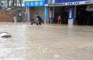 厦门遭遇暴雨侵袭 多处路段现严重积水
