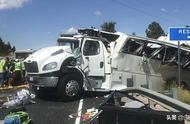 中国旅游团在美国遭遇车祸,致已致4死十余重伤,现场一片狼藉