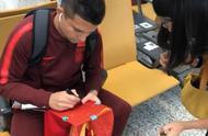首个中文签名+中文鞋!非血缘归化第一人:艾克森国足首秀倒计时