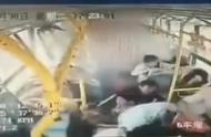 云南大理发生4车追尾交通事故 5人受伤