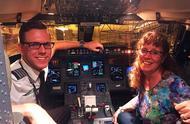苦等7小时成机上唯一乘客,飞行员儿子让妈妈坐专机,爱有高度