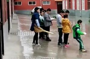 小学生未完成作业 雨中排队被女老师踹屁股(组图)