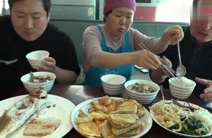 韩国大妈给家人做晚饭,在乡下这都是有钱人的吃食,太丰盛了