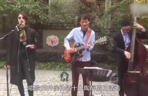 李亚鹏女友现身街头唱歌,扭腰摇摆有韵味,气质和王菲一模一样