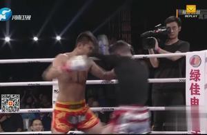 疯狂进攻!武林风新人王面对加拿大拳手,挤到绳角一顿暴打!