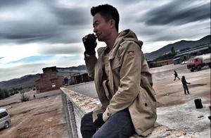 42岁吴京片场指挥近照,越黑越有男人味