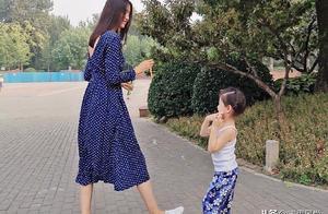 张梓琳的三岁女儿,女儿遗传了妈妈的身高,亲子装也很好看