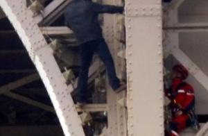 埃菲尔铁塔游客紧急疏散,法国警方拘捕一名徒手攀爬男子