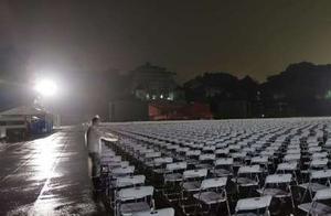 武汉大学暴雨中毕业典礼,现场画面壮观
