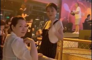 赵本山老婆马丽娟罕见现身,身材略发福,打扮素雅仍难掩阔太气质