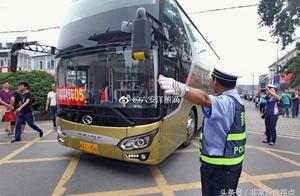 20多辆大巴车驶入毛坦厂中学,明天上午的送考又将激动人心