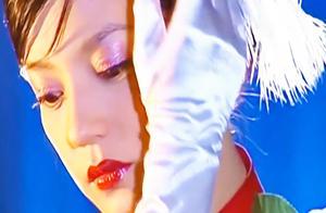 赵薇的一首《烟雨蒙蒙》是多少人的青春啊!人美歌也美,依旧惊艳