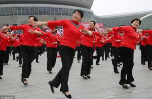 农村的广场舞你见过吗?为什么现在农村跳广场舞的越来越多了?