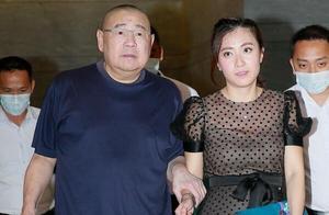 作为香港富豪,与夫妻艰难创业发家,有钱之后却到处招花惹草