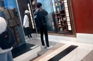 网友伦敦偶遇张若昀唐艺昕度蜜月,两人着装低调吃饭,各自玩手机