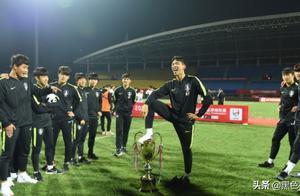 必须严惩!足协已将韩国侮辱奖杯行为上报亚足联,网络投票毁三观