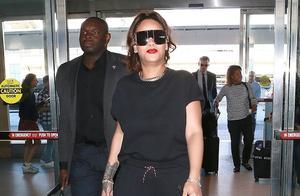 """""""全球最富女歌手""""蕾哈娜一身黑LOOK气场全开,获专人保护排面足"""