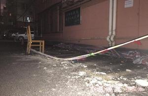 """一老小区外墙受潮脱落 楼下车辆受损 居民忧心""""祸从天降"""""""