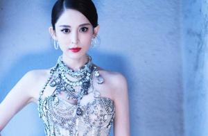 古力娜扎再次惊艳众人!银宝石+天鹅纱裙超自信,手上的戒指亮了