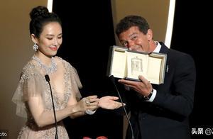 章子怡现身戛纳颁奖仪式,磕巴英文惹争议,影帝班德拉斯现场搞怪