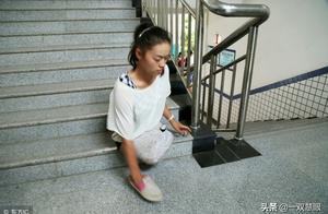 无腿女孩靠着顽强毅力考上了大学,她用手穿鞋走路,一样参加军训
