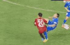 苏宁球员暴力飞踹上港球员胸口,自家球迷都看不下去了,提前退场