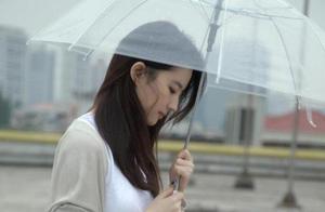 刘亦菲绝美旧照曝光,手拿书本撑透明雨伞,网友怒赞仙女本仙