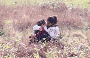 贝克汉姆儿子与女友公园约会 拥抱亲吻甜蜜十足