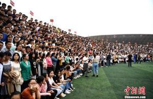 """会玩!高三学子拍摄2300人""""超级毕业照"""""""