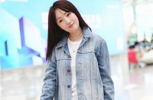 杨钰莹穿牛仔短裤秀美腿 见镜头歪头甜笑似少女