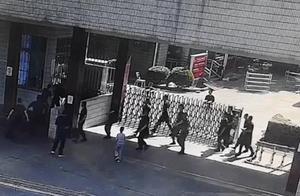 醉汉街头持刀追人,十多名武警出营制服