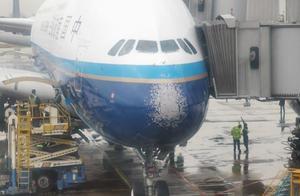 南航飞北京航班遇冰雹挡风玻璃破裂!乘客称非常颠簸,感到后怕