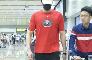 孙杨现身北京首都机场,走路昂首挺胸凸显完美身材