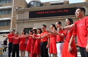 旗开得胜!北京家长老师穿红色唐装、旗袍送考