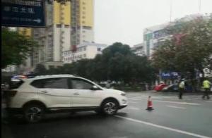 柳州:SUV突然后溜穿过马路撞上婴儿推车,一岁男婴不幸身亡