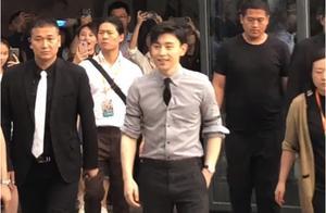 邓伦亮相活动,有谁注意到他的领带?又将引领时尚潮流