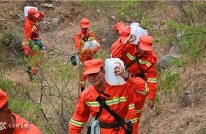云南大理:部队官兵紧急扑救山火
