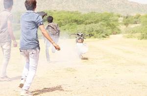 无人控制的摩托车最远能跑几米?小伙实验,摩托车有自己的想法!