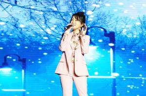 杨钰莹母校校庆现场版《心雨》,与帅气学弟牵手拥抱引全场沸腾