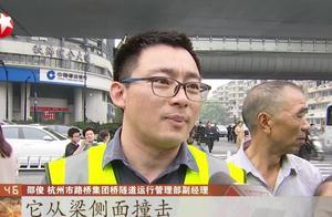 非要硬闯!大货车载物超限高司机却不顾,杭州一人行天桥被撞塌!
