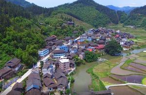 航拍农村一个村子,一条公路穿过寨中,路通财更通,农村发展真快