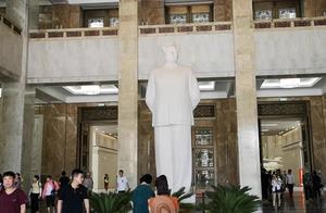 今天参观中国人民革命军事博物馆,第一次近距离瞻仰了毛主席塑像