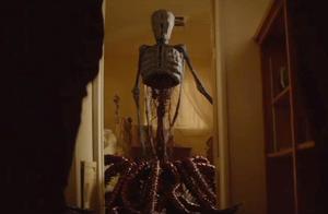 怪物出现,男子吓的赶紧跑路,一出去才看到地面也冒出了怪物